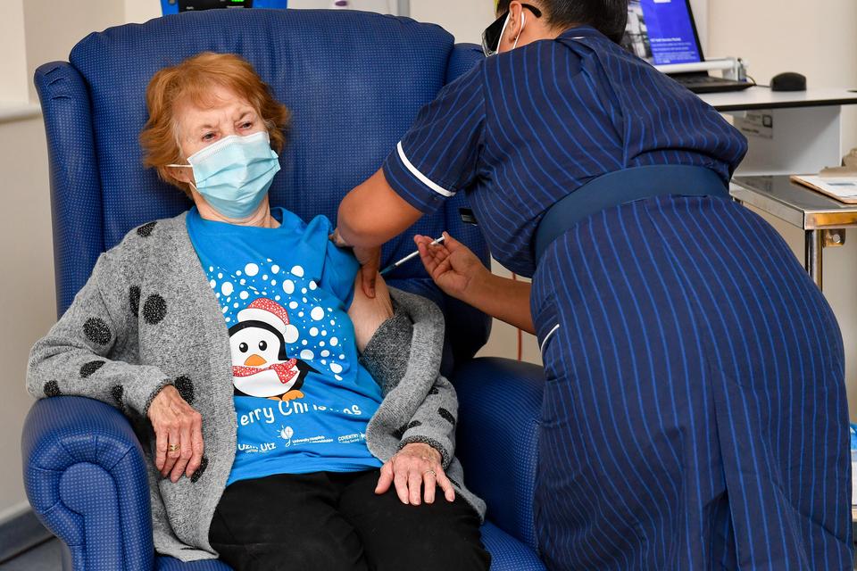 Margaret Keeanan, una mujer de 90 años, fue la primera en recibir la vacuna contra el coronavirus en el Reino Unido.