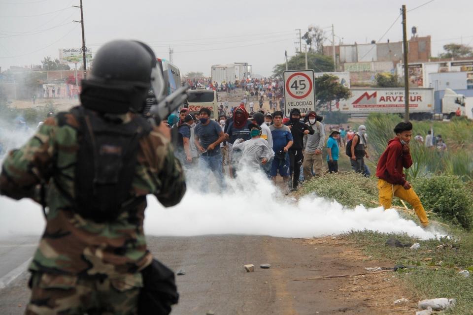 La policía reprime a manifestantes en Virú, 510 km. al norte de Lima