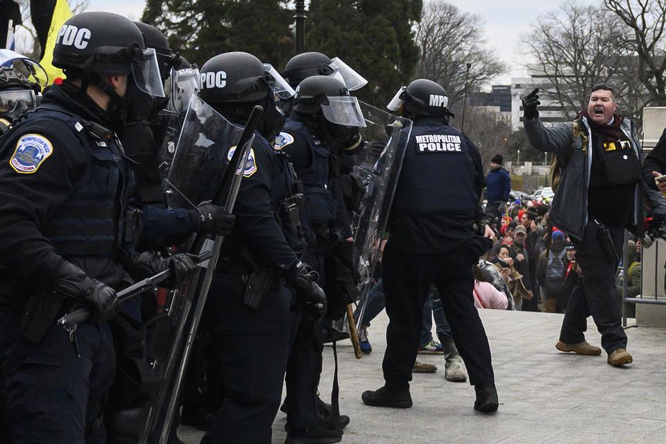 La muerte de un policía elevó a cinco el número de fallecidos por el asalto al Capitolio.