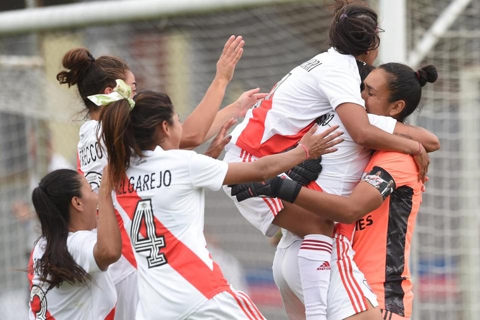 Todos los abrazos para Florencia Chiribelo, la heroina del partido al atajar un penal.