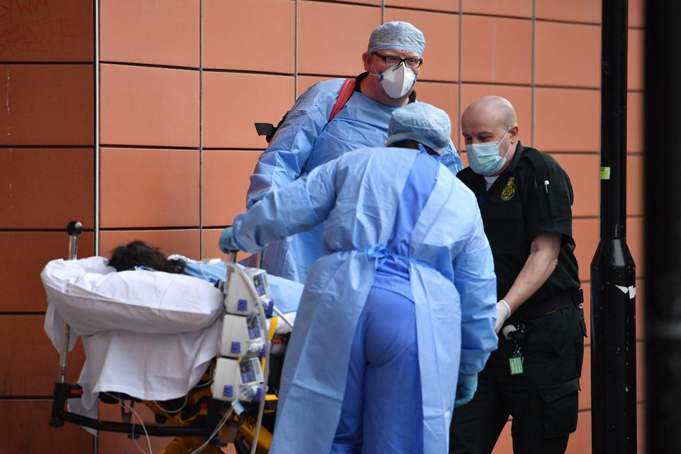 Coronavirus en el Reino Unido: hay personas que son atendidas en las ambulancias porque faltan camas