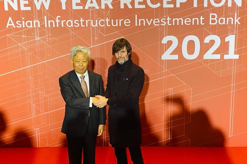 El funcionario argentino Sabino Vaca Narvaja con un representante del Banco Asiático de Inversión.