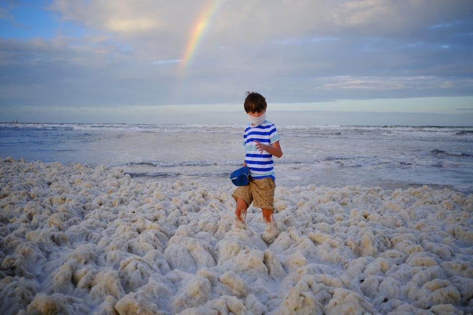 Las playas de Mar del Plata se tiñen de una densa espuma marina: en algunos lugares ha alcanzado hasta 50 centímetros de espesor