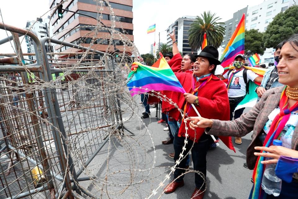 Yaku perez y simpatizantes protestan contra un supuesto fraude frente a las oficinas del CNE.