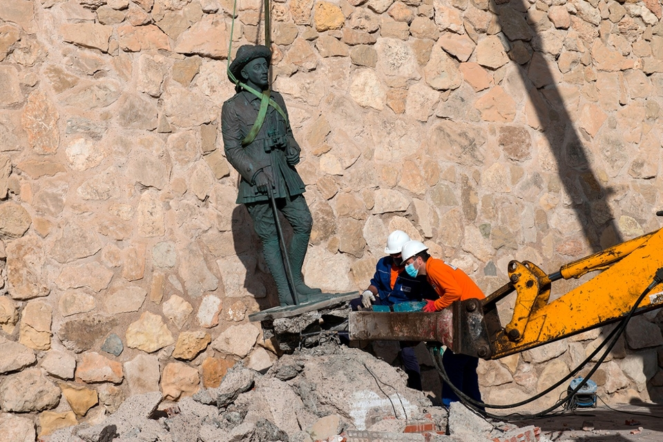 El momento en que se retira la estatua del dictador.