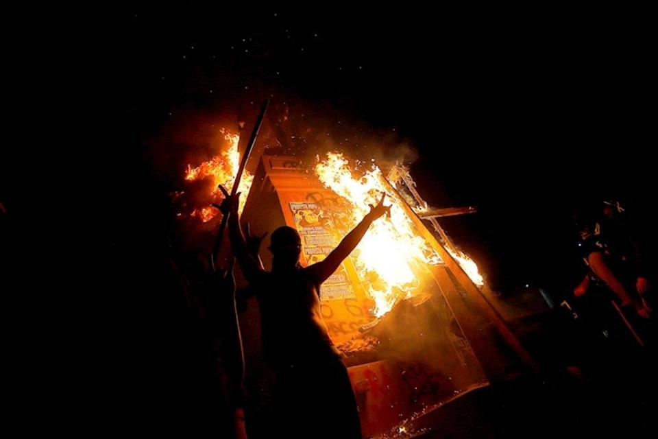 Arde la estatua del general Baquedano, durante los incidentes de anoche en Santiago.