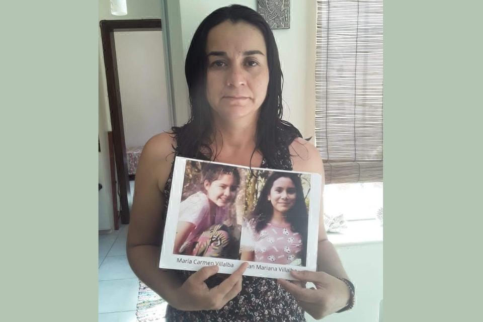 Myrian Villalba con la foto de su hija y su sobrina, que murieron baleadas en Paraguay. Abajo: gentileza Reporterxs
