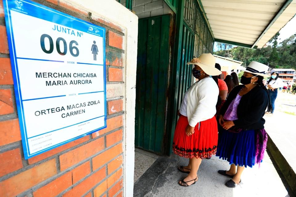 Mujeres indígenas forman fila en un centro electoral en Cuenca en la primera vuelta.
