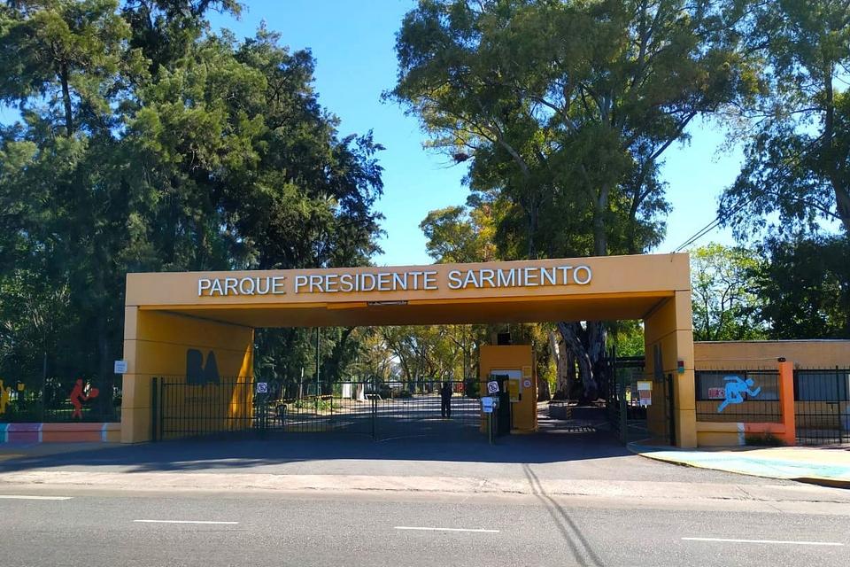 Entrada del Parque Sarmiento, en el barrio porteño de Saavedra.