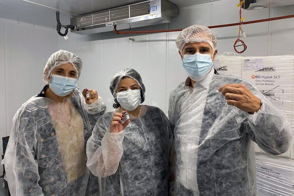 La ministra de Salud, Carla Vizzotti, junto al presidente de Laboratorios Richmond, Marcelo Figueiras.