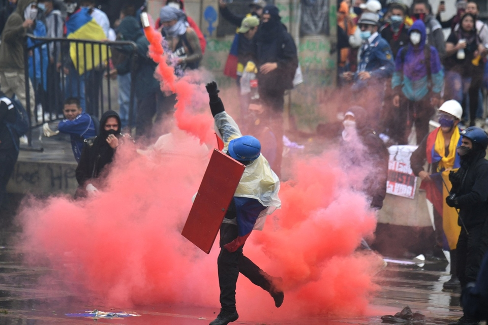 Un manifestante arroja una bomba de humo durante una protesta en Bogotá (Fuente: AFP)