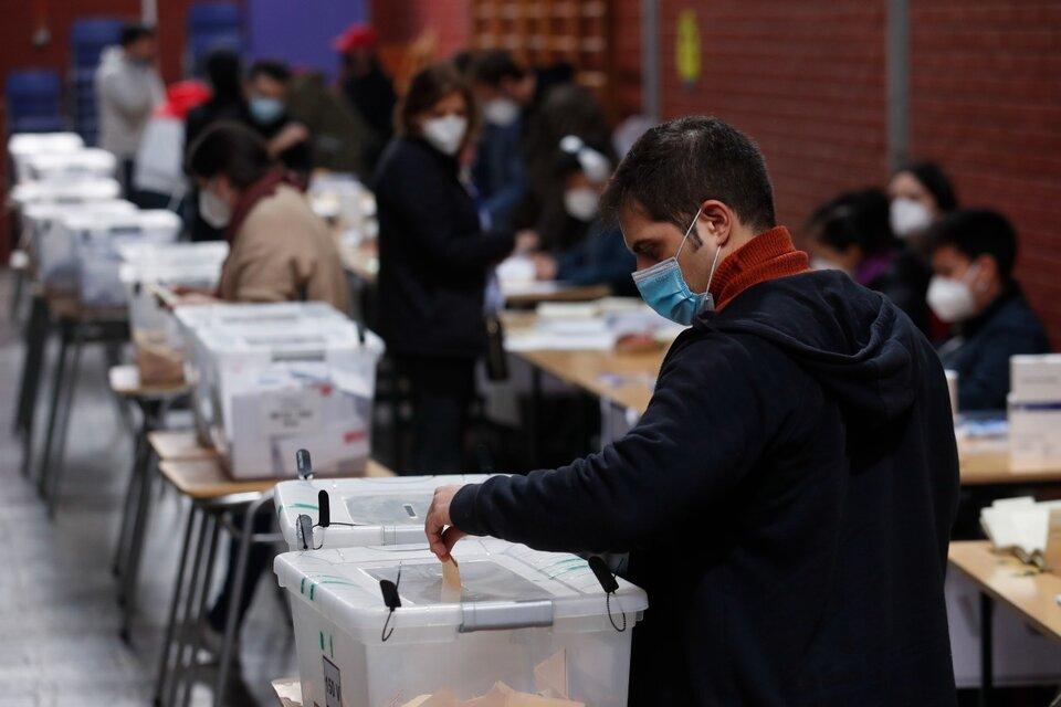 Ciudadanos votan en el Liceo Carmela Carvajal hoy, durante las elecciones locales y constituyentes, en la comuna de Providencia, en Santiago. (Fuente: EFE)