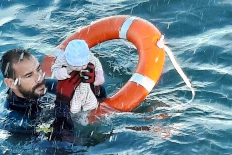 Un bebé en el mar, la imagen de la crisis migratoria en Ceuta que recorre el mundo (Fuente: Twitter)