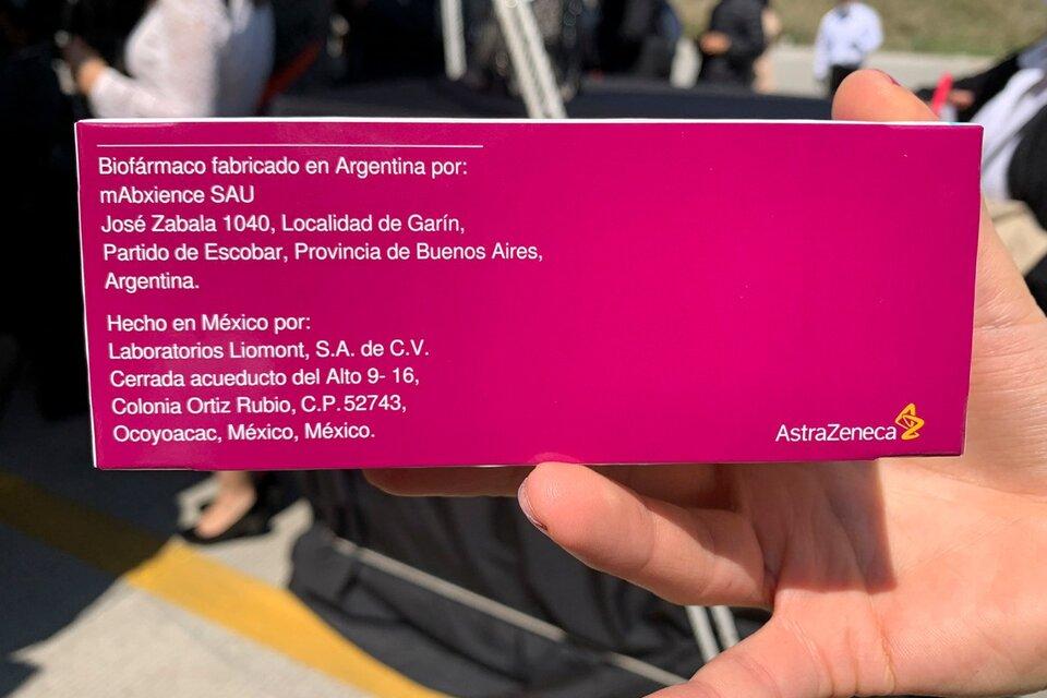 Dorso del empaque de la vacuna de Astra Zeneca contra el coronavirus embalada en Mexico cuyo principio activo fue producido en Argentina. (Fuente: NA)