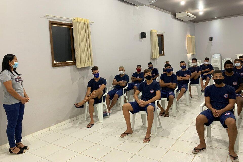 Jugadores del Canaán Esporte Clube escuchan a sus interlocutores con atención. (Fuente: Facebook Canaán Esporte Clube)