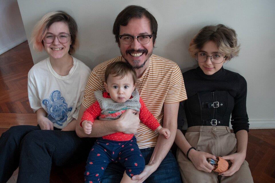 Martín Morazzo y sus hijas Nina, Lupe y Vera (Fuente: Victoria Egurza)