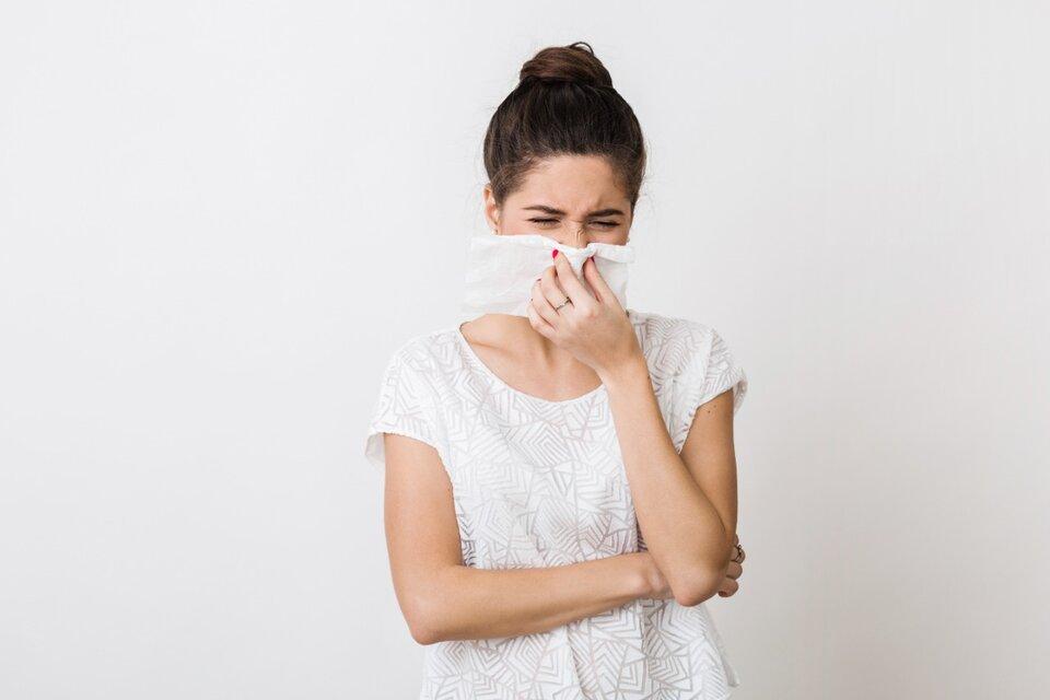 La nueva variante aparece sobre todo en personas jóvenes que la confunden con un resfrío.