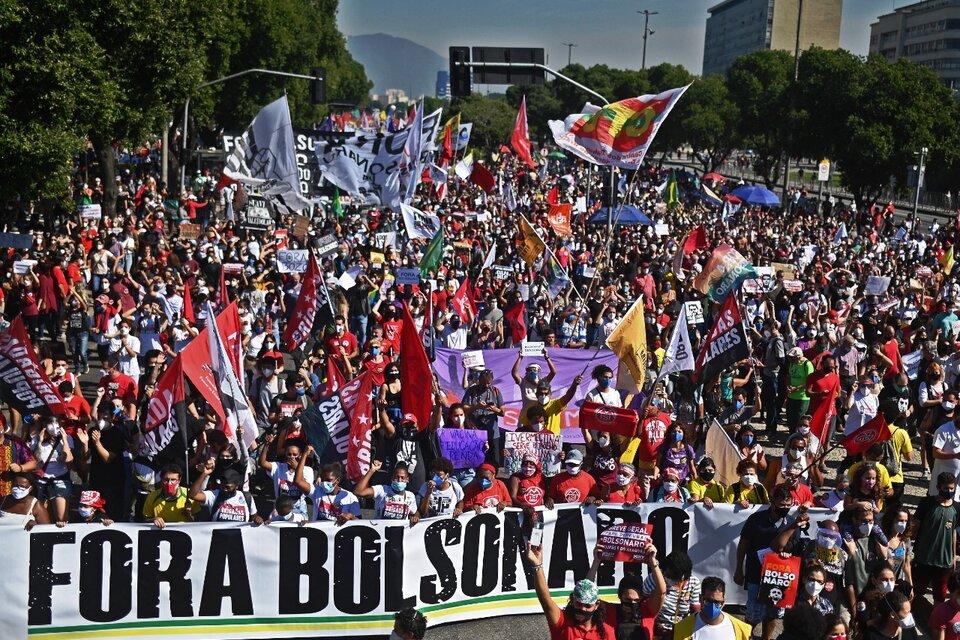 Miles de personas protestan contra Bolsonaro en elcentro de Río de Janeiro. (Fuente: AFP)