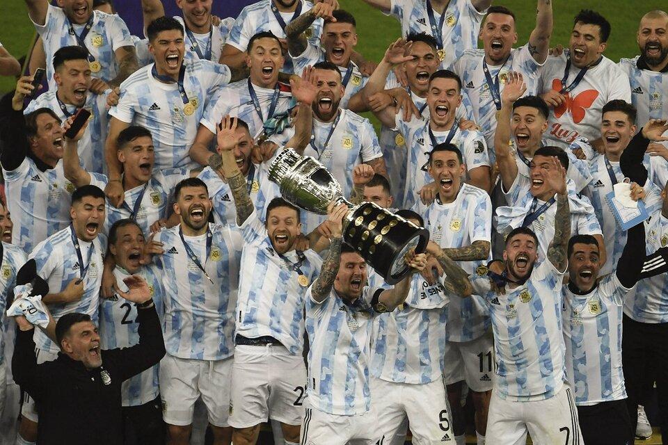 Los jugadores argentinos celebran una consagración postergada durante 28 años (Fuente: Télam)