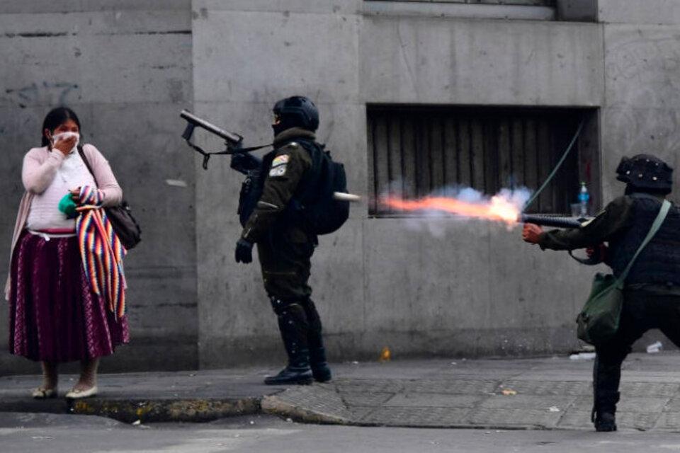 Parte del material represivo que Mauricio Macri mandó a Bolivia en apoyo al golpe contra Evo Morales fue encontrado en depósitos de la Policía de ese país. (Fuente: EFE)