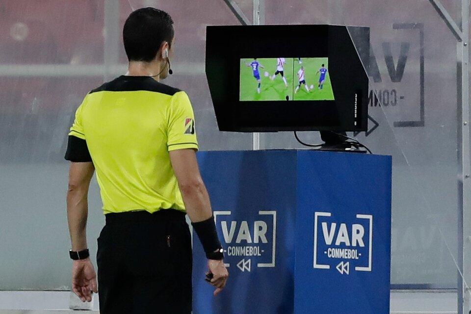 El VAR no se pondrá en práctica hasta el 2022 en Argentina (Fuente: AFP)