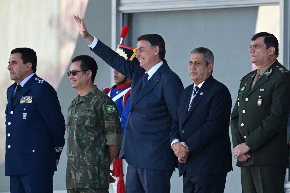 Bolsonaro disfruta del desfilerodeado por la cúpula militar. (Fuente: AFP)
