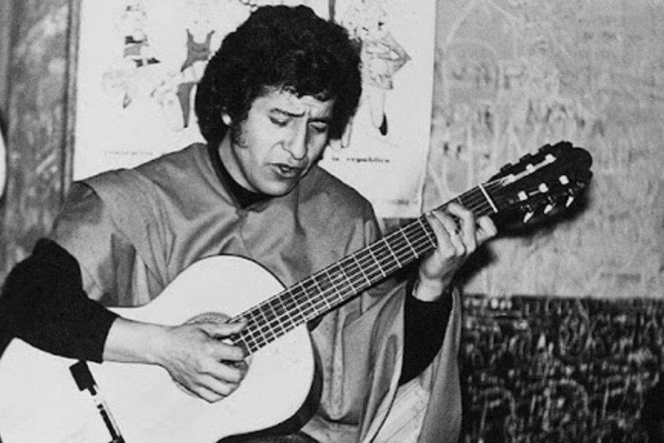 En 1973 el cantautor chileno Víctor Jara es asesinado en el Estadio Chile por la dictadura de Pinochet.