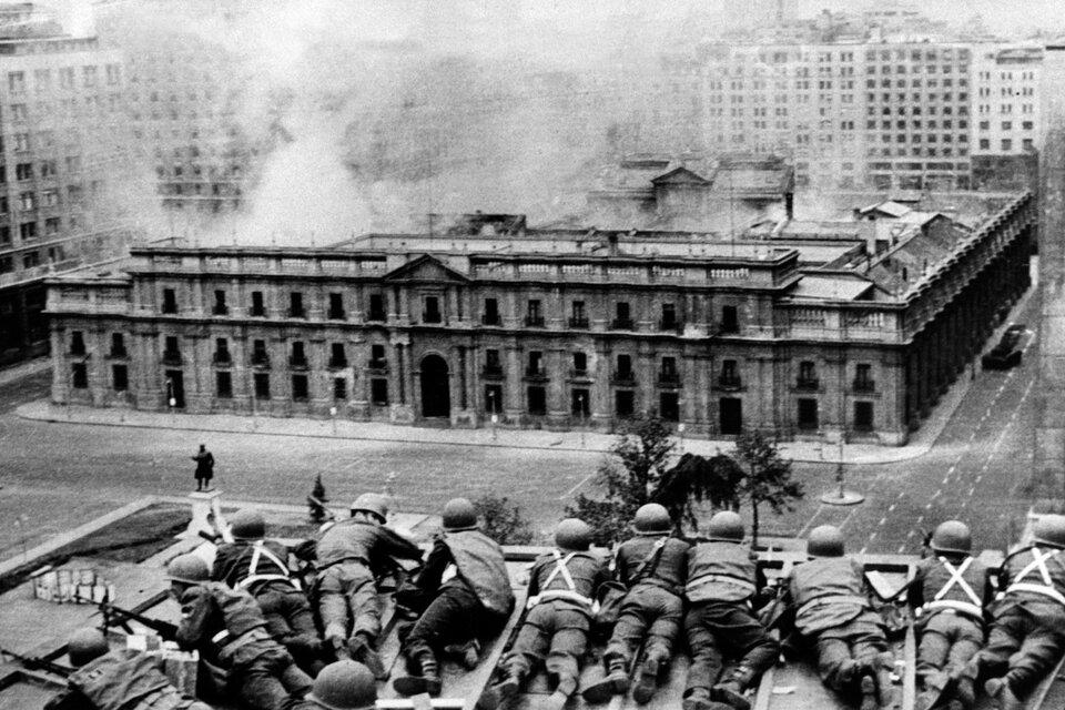 Soldados custodian desde una azotea el Palacio de la Moneda el día del golpe (Fuente: AFP)