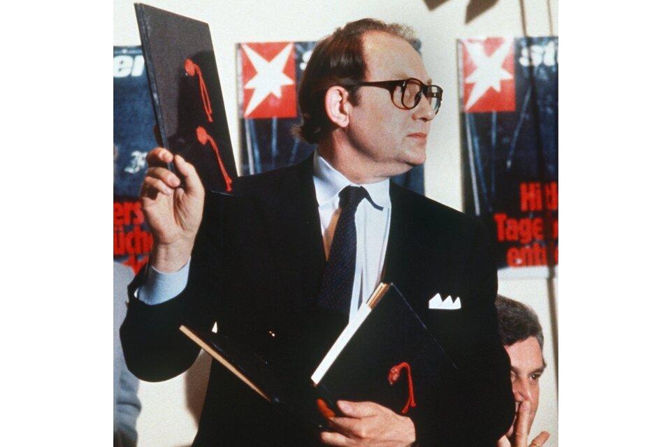 Gerd Heidemann muestra los diarios apócrifos en conferencia de prensa, en 1983. (Fuente: AFP)