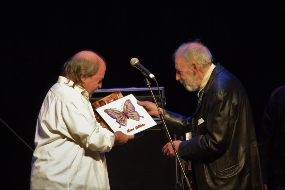 Nebbia recibió el galardón de manos de Grinberg en la primera edición.