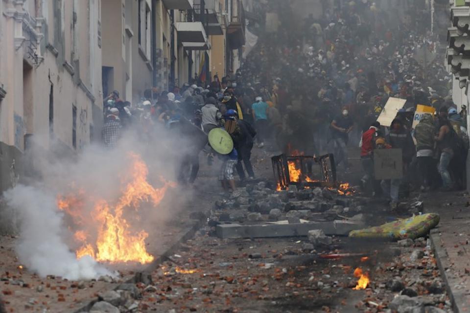 Manifestantes chocan con la policía en el centro de Quito.