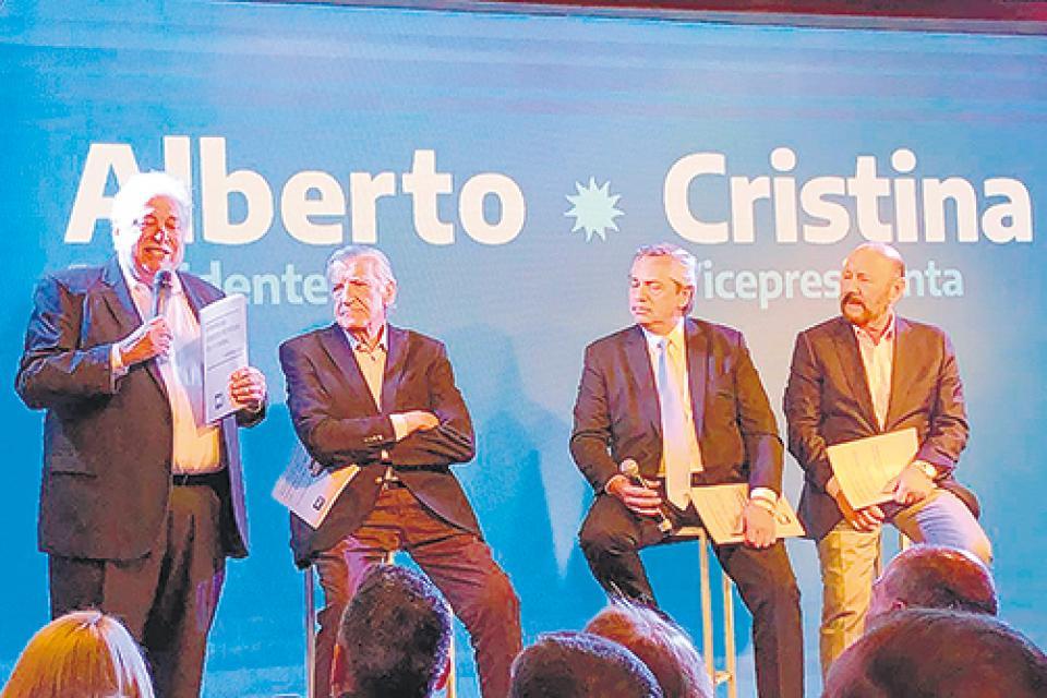 El coordinador Ginés González García presentando el documento del PJ, acompañado por José Luis Gioja, Alberto Fernández y Gildo Insfrán.