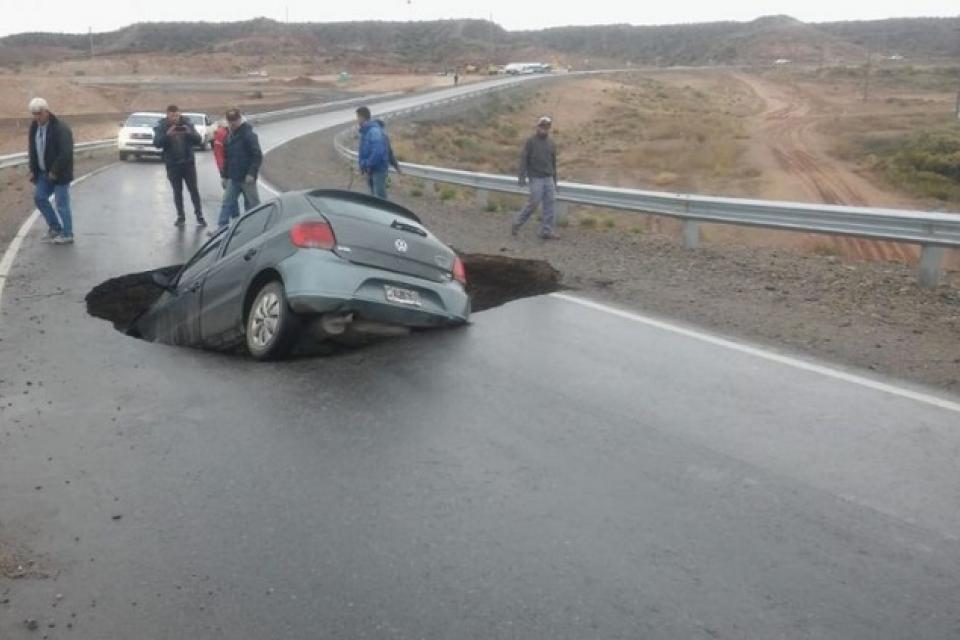 Así quedó el auto que transitaba por la Autovía Norte