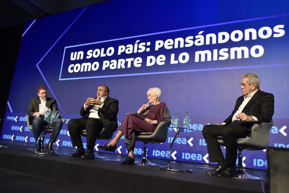 Héctor Daer habla en IDEA ante la mirada de Graciela Fernández Meijide y Miguel Blanco (derecha).
