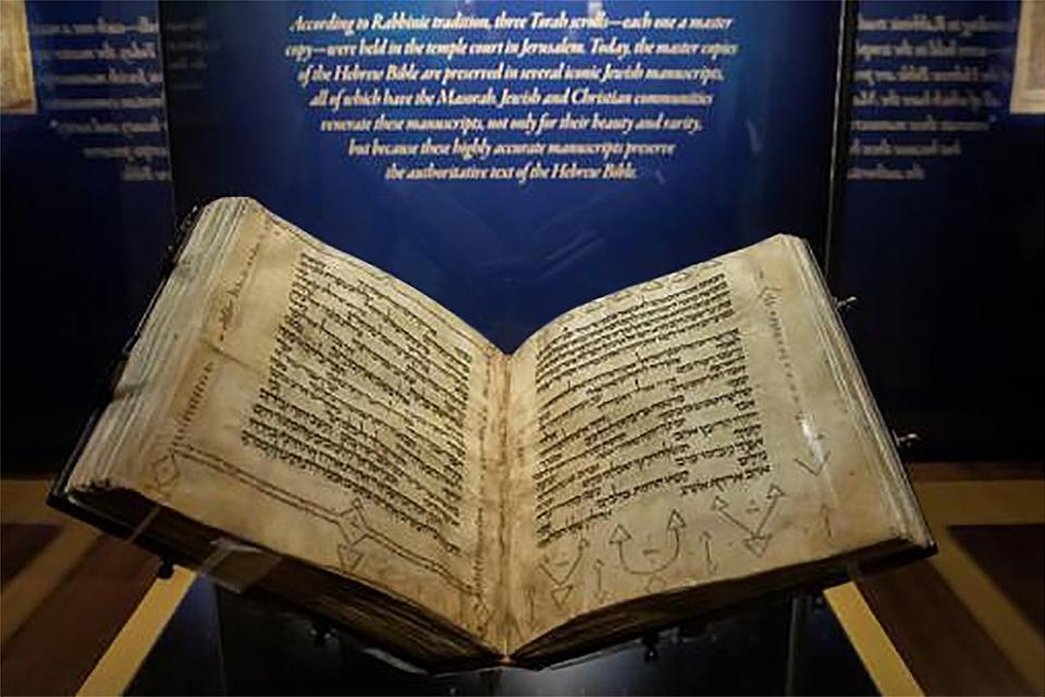 Resultado de imagen para EXHIBEN UNA BIBLIA DE MAS DE 1000 ANOS
