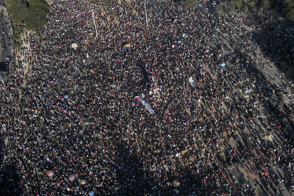 Imágen de la masiva marcha que ayer copó el centro de Santiago.