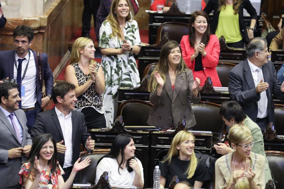 La alegría de Axel Kicillof, Anabel Fernández Sagasti, Fernanda Vallejos y Gabriela Cerruti cuando José Luis Gioja leyó el porcentaje que consagró la fórmula ganadora.