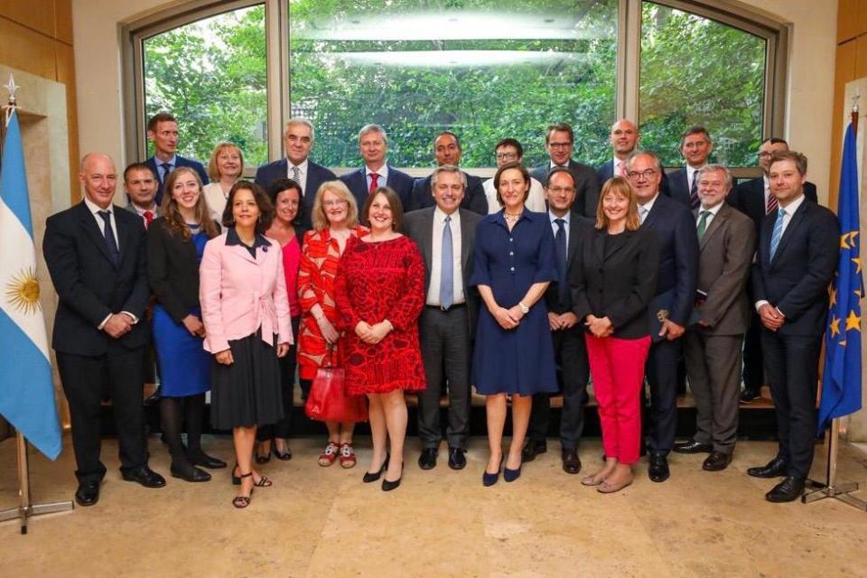 Alberto Fernández junto con la embajadora de la UE, Aude Mario Coliche, y el resto de los embajadores europeos.