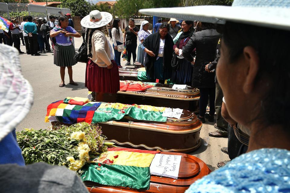 En Cochabamba, ciudadanos rodean los féretros de los muertos en la represión de Sacaba.