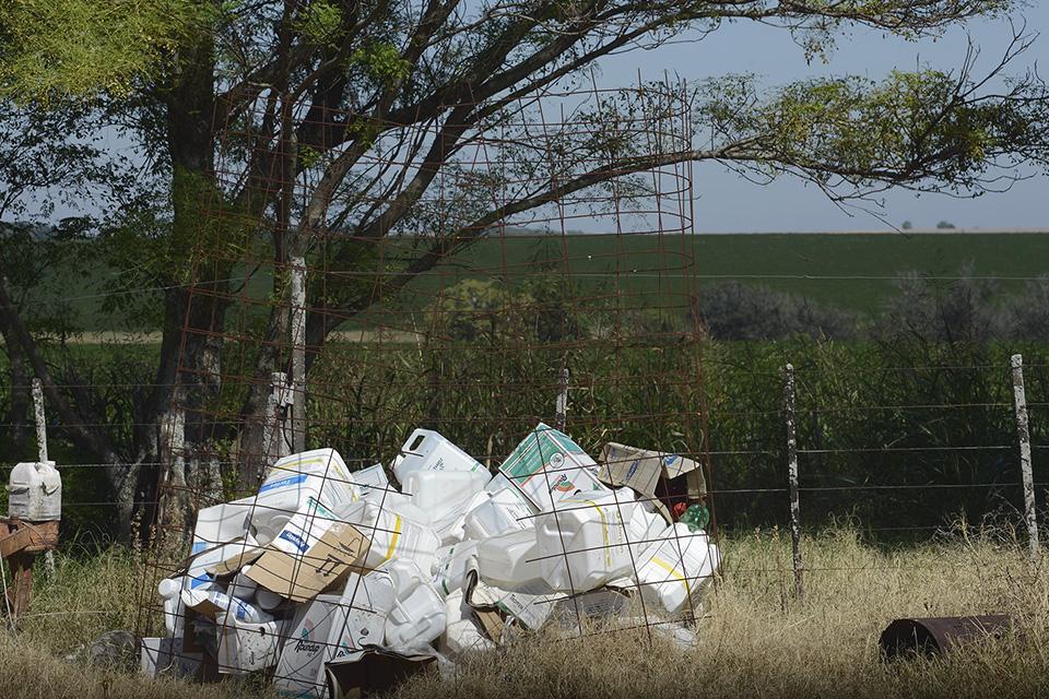 Los bidones de agroquímicos son dispuestos peligrosamente y sin trazabilidad en los campos.