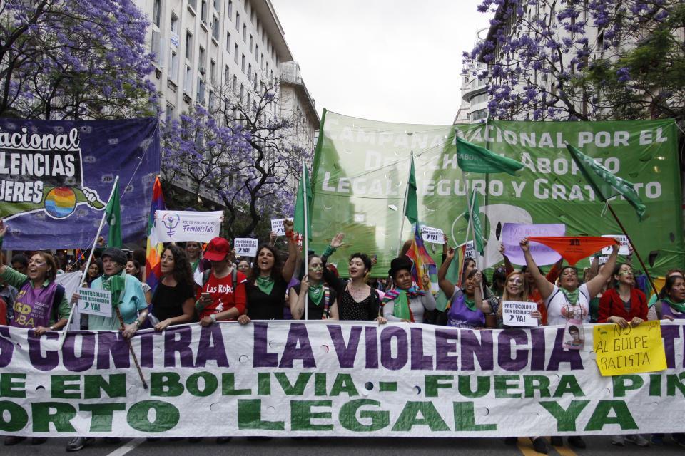 Distintos grupos confluyeron frente al Obelisco y de allí marcharon a Plaza de Mayo. Abajo, una instalación en Congreso.