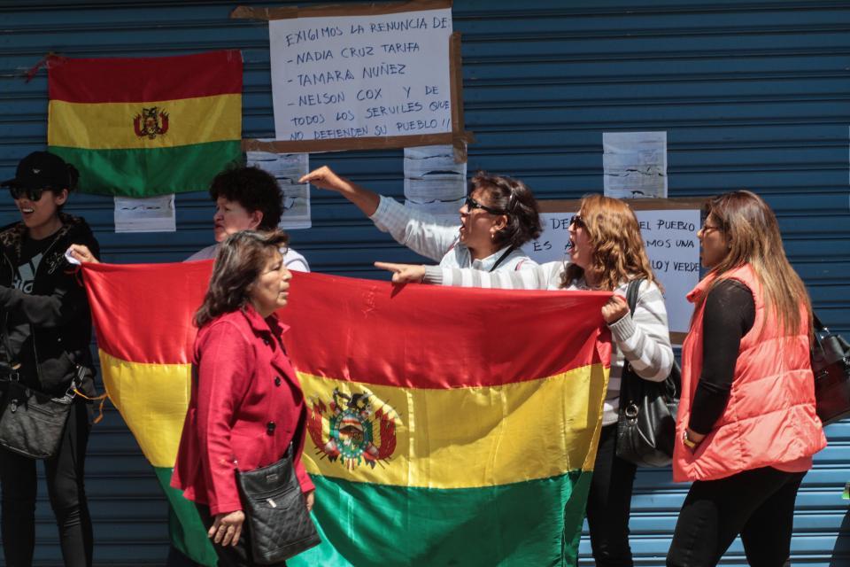 Plantón frente a la Defensoría del Pueblo de opositoras al MAS de Evo Morales.