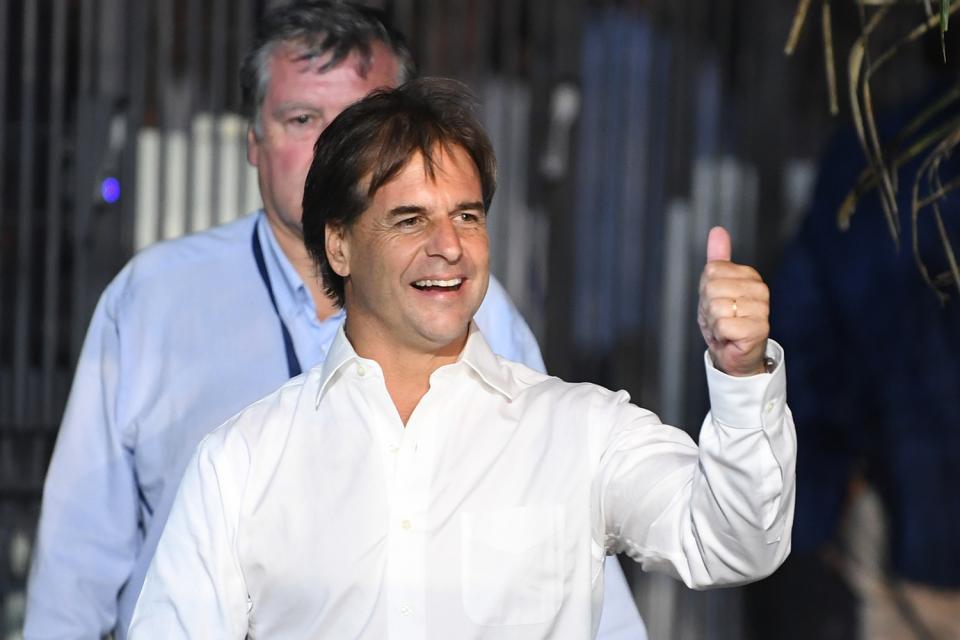 El candidato derecha se impuso por un mínimo margen sobre Daniel Martínez, el representante del Frente Amplio.