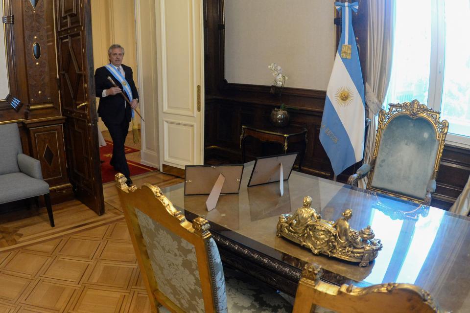 El Presidente, ingresando en su despacho en Casa Rosada.