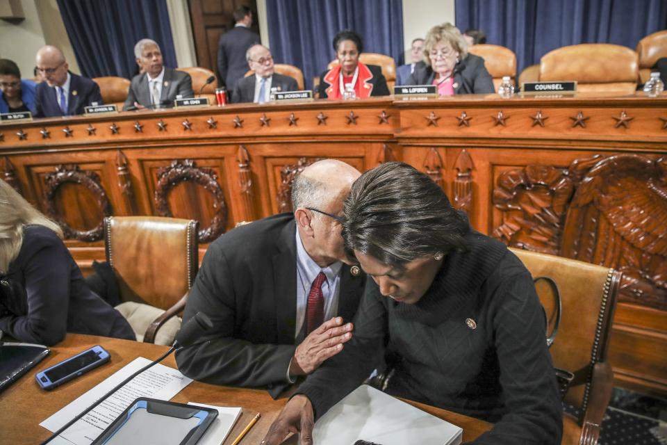 Dos miembros demócratas del comité judicial deliberan antes del voto en contra de Trump.
