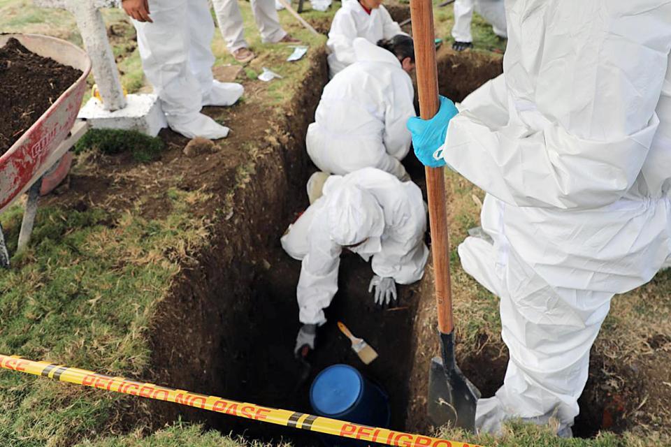 La fosa se encuentra en un cementerio a unos 200 kilómetros al noroeste de Medellín.