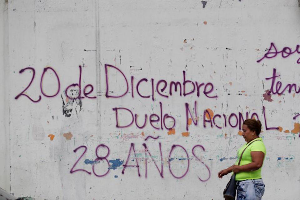 Una mujer camina esta semana frente a una pintada de 2017 que recuerda la invasión en Ciudad de Panamá.