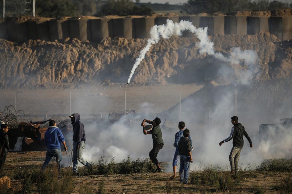 Un manifestante devuelve un cartucho de gas lacrimógeno a fuerzas irraelíes en Gaza esta semana.