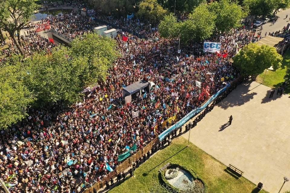Más de 50 mil vecinos y asambleístas protestaron frente a la Casa de Gobierno de Mendoza.