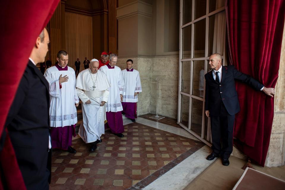 El papa llega al balcón de la basílica para dar su mensaje navideño.